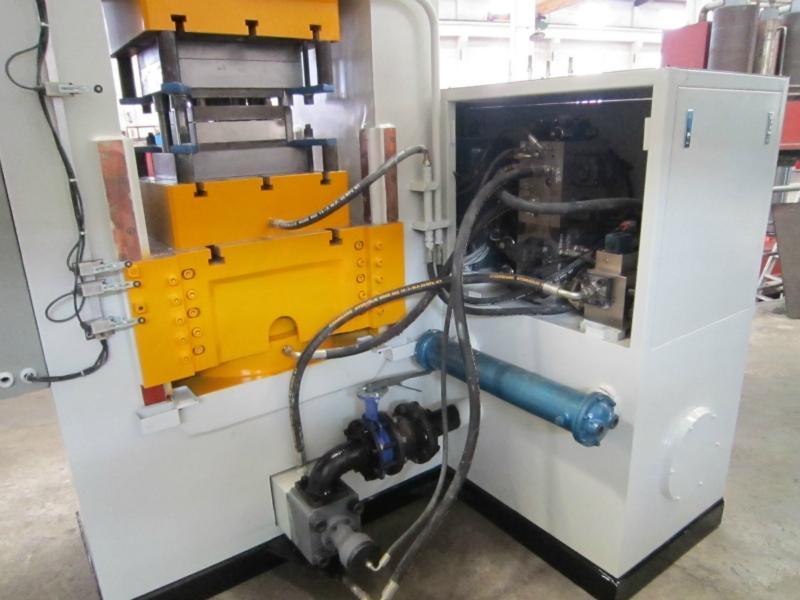 2011年8日上午在滕州研发中心宣布,液压机中国首款自主开发的重型液压机高压共轨电控系统正式批量投放市场。目前,这一系统已经过河南集团严格的排放试验、道路试验和三高验证,这一技术突破打破了国外企业在此领域的垄断局面。   发动机电控系统是现代液压机的核心技术,其中高压共轨电控系统ECU是整个电控系统的核心。潍柴集团董事长、中国内燃机工业协会理事长谭旭光说:液压机电子控制技术是制约我国油压机工业发展的瓶颈。ECU相当于发动机的大脑,有没有自己的ECU,代表着一个企业有没有长足的核心竞争力。由于缺乏电控系